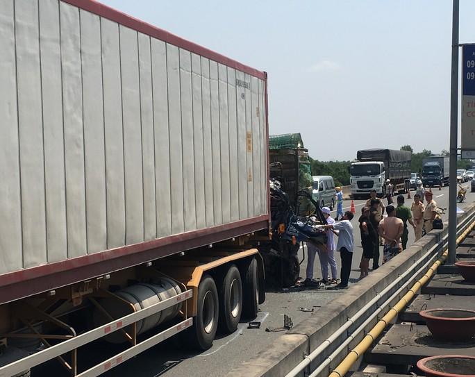 Tai nạn nghiêm trọng trên đường cao tốc TP HCM - Long Thành, ít nhất 2 người chết - Ảnh 3.