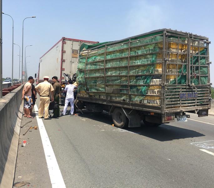 Tai nạn nghiêm trọng trên đường cao tốc TP HCM - Long Thành, ít nhất 2 người chết - Ảnh 2.