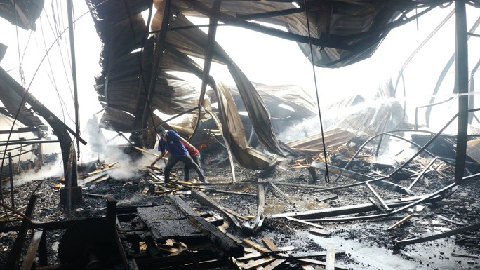 Cháy lớn trong giờ làm, hàng trăm công nhân xưởng gỗ hoảng hốt - Ảnh 1.