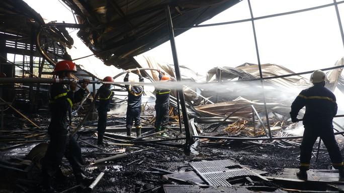 Cháy lớn trong giờ làm, hàng trăm công nhân xưởng gỗ hoảng hốt - Ảnh 2.