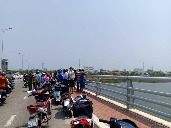 Nghi người đàn ông bỏ lại xe máy rồi nhảy cầu Tiên Sơn tự tử - Ảnh 2.