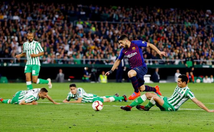 Báo chí trao cúp sớm cho Barcelona, CĐV Betis mừng Messi phá lưới đội nhà - Ảnh 7.