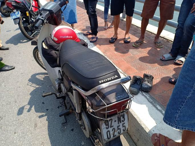 Nghi người đàn ông bỏ lại xe máy rồi nhảy cầu Tiên Sơn tự tử - Ảnh 1.