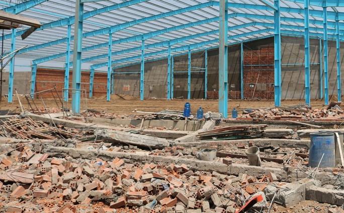 Hé lộ nguyên nhân gây sập tường khiến 6 người chết ở Vĩnh Long - Ảnh 2.