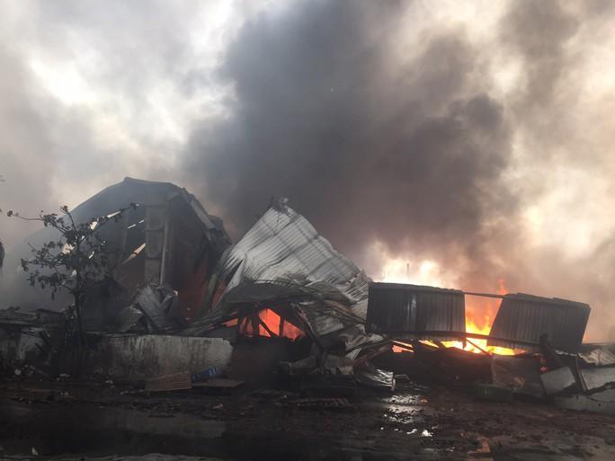 Cháy lớn ở Tây Ninh, khói lửa cuồn cuộn  - Ảnh 1.