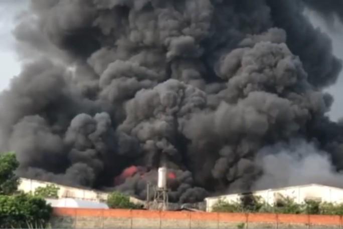 Cháy lớn ở Tây Ninh, khói lửa cuồn cuộn  - Ảnh 2.