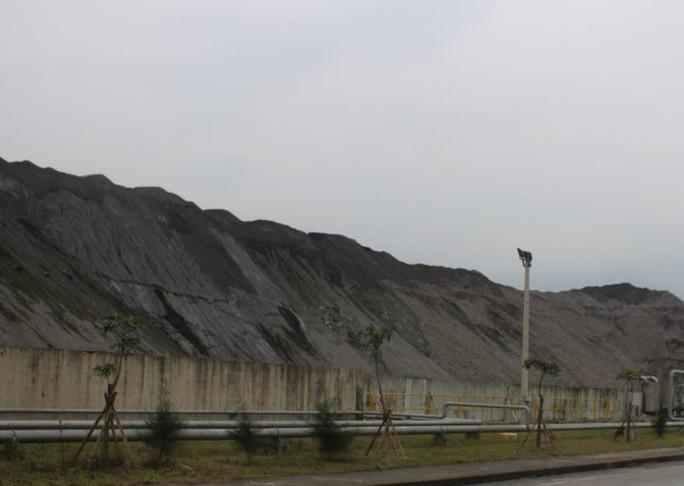 Formosa Hà Tĩnh dùng xỉ thép xây dựng đường công vụ, tuyến đê 2.000 m không phép - Ảnh 1.
