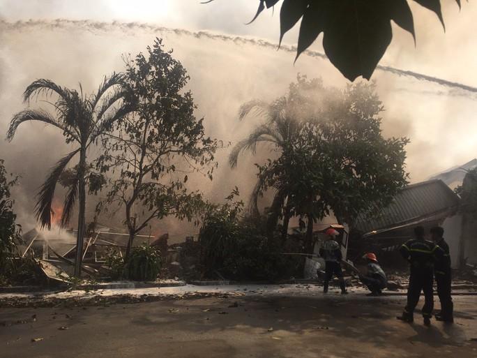 Cháy lớn ở Tây Ninh, khói lửa cuồn cuộn  - Ảnh 3.