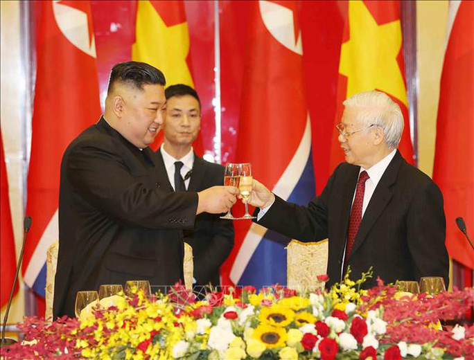 Chủ tịch Triều Tiên Kim Jong-un vui vẻ đánh thử đàn bầu, đàn Klông pút - Ảnh 2.