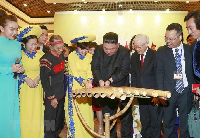 Chủ tịch Triều Tiên Kim Jong-un vui vẻ đánh thử đàn bầu, đàn Klông pút - Ảnh 7.