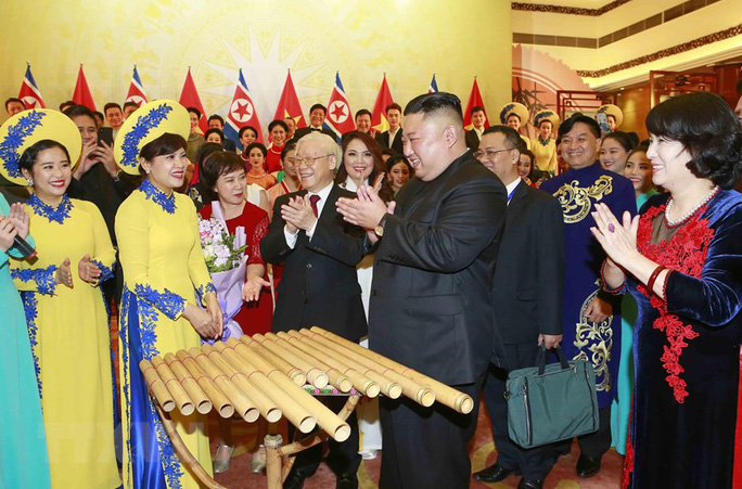 Chủ tịch Triều Tiên Kim Jong-un vui vẻ đánh thử đàn bầu, đàn Klông pút - Ảnh 8.