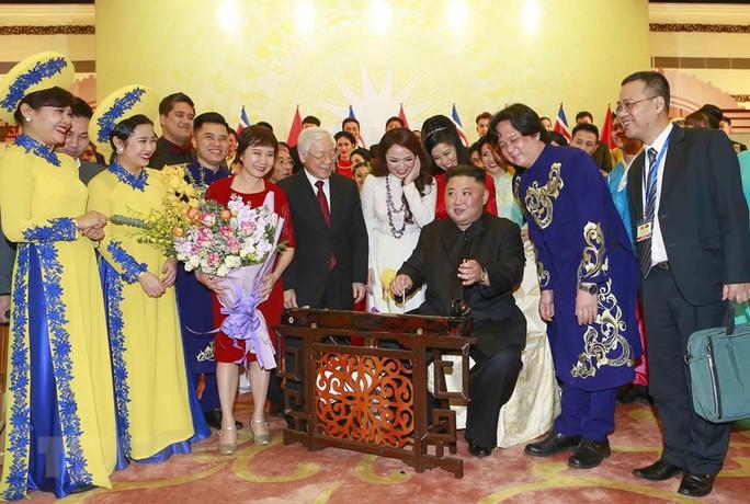 Chủ tịch Triều Tiên Kim Jong-un vui vẻ đánh thử đàn bầu, đàn Klông pút - Ảnh 3.