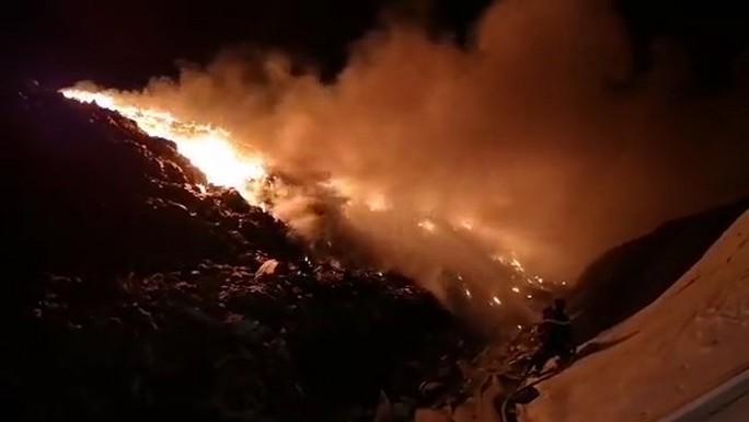 Cháy lớn tại khu xử lý rác 100ha, lửa khói bốc cao hàng chục mét - Ảnh 3.