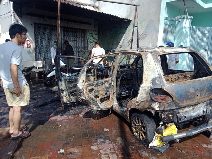 Ô tô cháy rụi khi đang sửa trong tiệm - Ảnh 1.