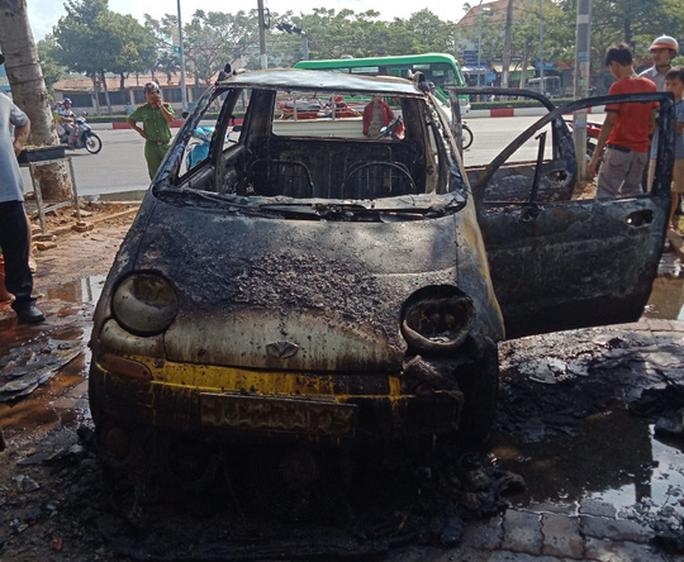 Ô tô cháy rụi khi đang sửa trong tiệm - Ảnh 4.