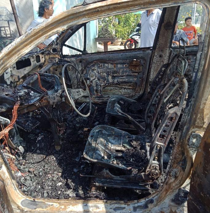 Ô tô cháy rụi khi đang sửa trong tiệm - Ảnh 3.