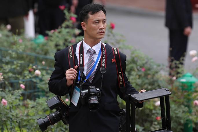 Soi đồ nghề của phóng viên Triều Tiên tháp tùng Chủ tịch Kim Jong-un - Ảnh 4.