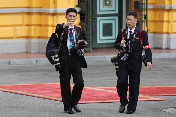 Soi đồ nghề của phóng viên Triều Tiên tháp tùng Chủ tịch Kim Jong-un - Ảnh 3.