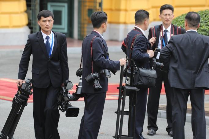 Soi đồ nghề của phóng viên Triều Tiên tháp tùng Chủ tịch Kim Jong-un - Ảnh 6.