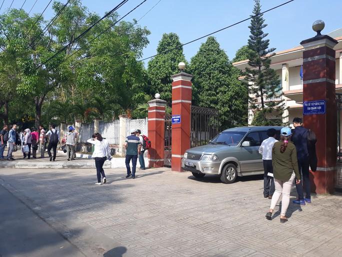 Vụ vây công ty đòi sổ đỏ: Hàng trăm người kéo đến trụ sở tiếp dân nhờ can thiệp - Ảnh 3.