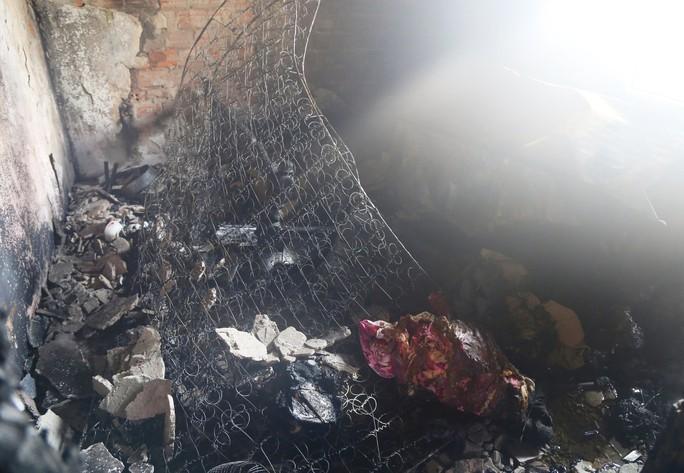 Cháy tầng 5 chung cư, người dân hốt hoảng tháo chạy - Ảnh 1.