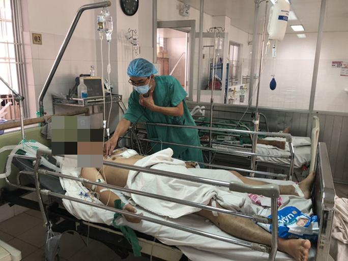 Lấy 1.000 gram máu cục trong khoang màng phổi cứu sống bệnh nhân bị đâm thấu ngực - Ảnh 1.