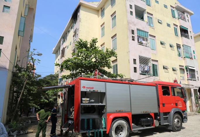 Cháy tầng 5 chung cư, người dân hốt hoảng tháo chạy - Ảnh 2.