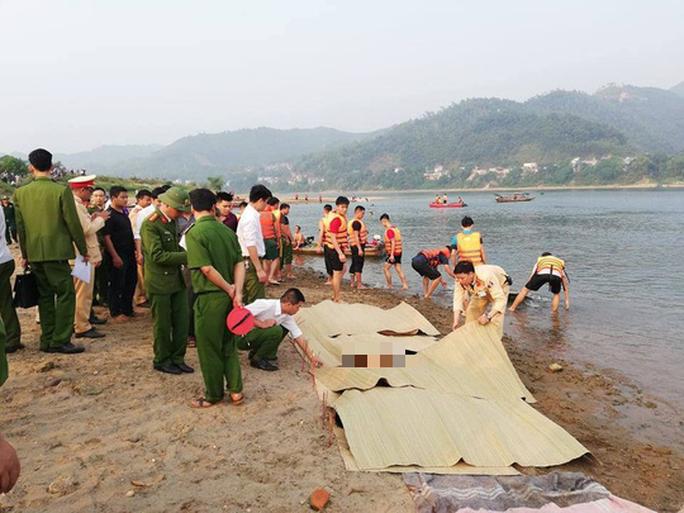 Nghỉ học ra sông tắm, 8 học sinh chết đuối thương tâm - Ảnh 1.