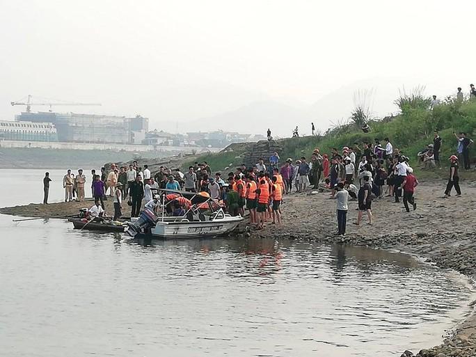 Nghỉ học ra sông tắm, 8 học sinh chết đuối thương tâm - Ảnh 2.