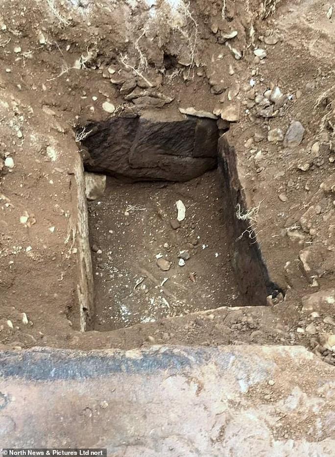 Đặt ống nước, vô tình mở cửa mộ cổ 4.000 năm - Ảnh 3.