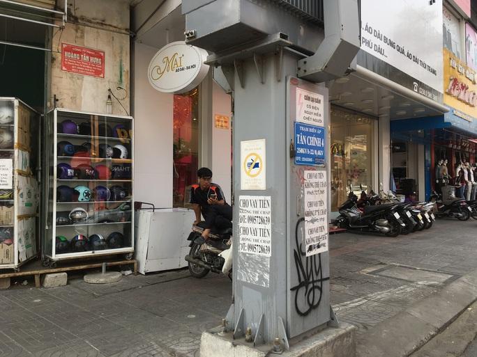 Nhếch nhác tờ rơi cho vay nặng lãi tràn lan trên đường phố Đà Nẵng - Ảnh 2.