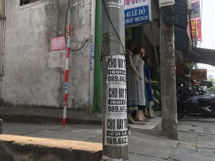 Nhếch nhác tờ rơi cho vay nặng lãi tràn lan trên đường phố Đà Nẵng - Ảnh 1.