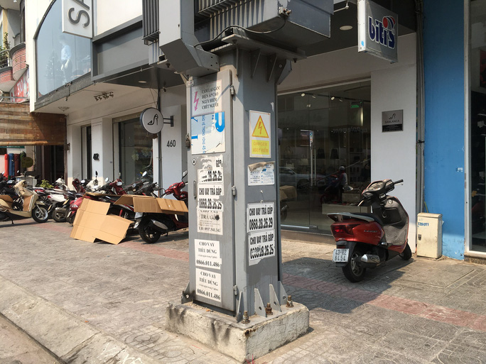 Nhếch nhác tờ rơi cho vay nặng lãi tràn lan trên đường phố Đà Nẵng - Ảnh 3.
