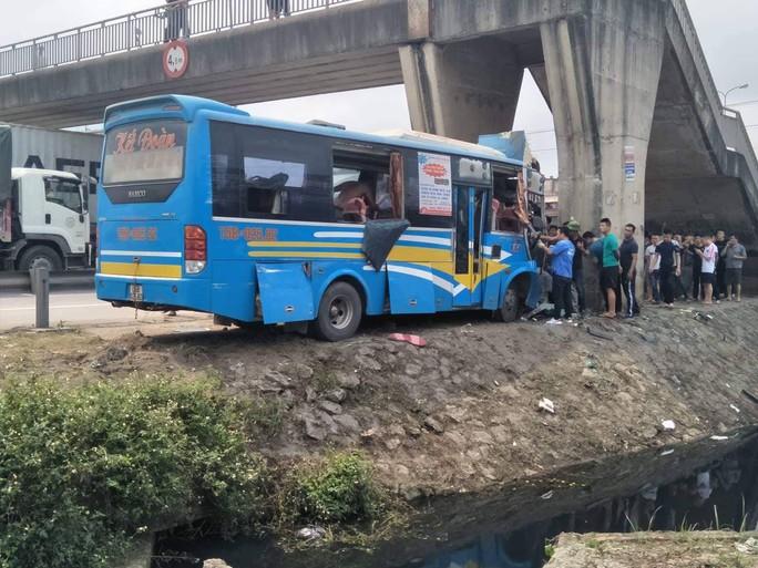 Xe khách tông trúng trụ cầu vượt trên quốc lộ, hơn 11 người bị thương - Ảnh 1.