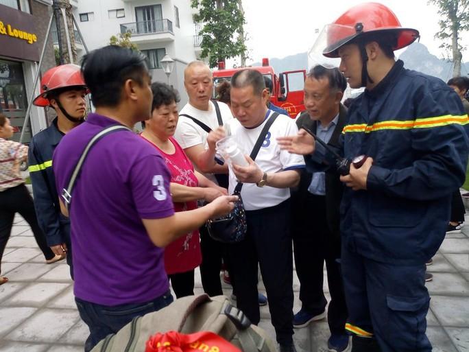 Giải cứu 5 khách Trung Quốc mắc kẹt trong vụ cháy khách sạn Helen ở Hạ Long - Ảnh 1.