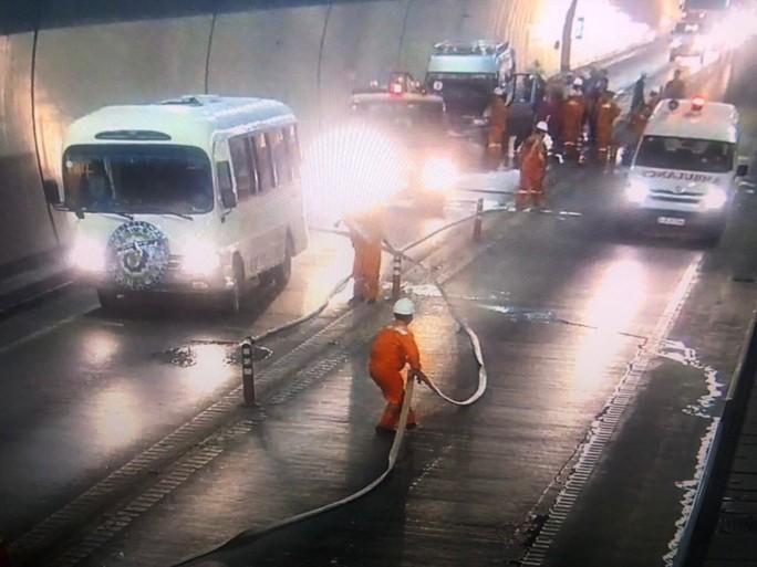 Xe chở quan tài đưa tang bốc cháy dữ dội trong hầm Hải Vân - Ảnh 1.