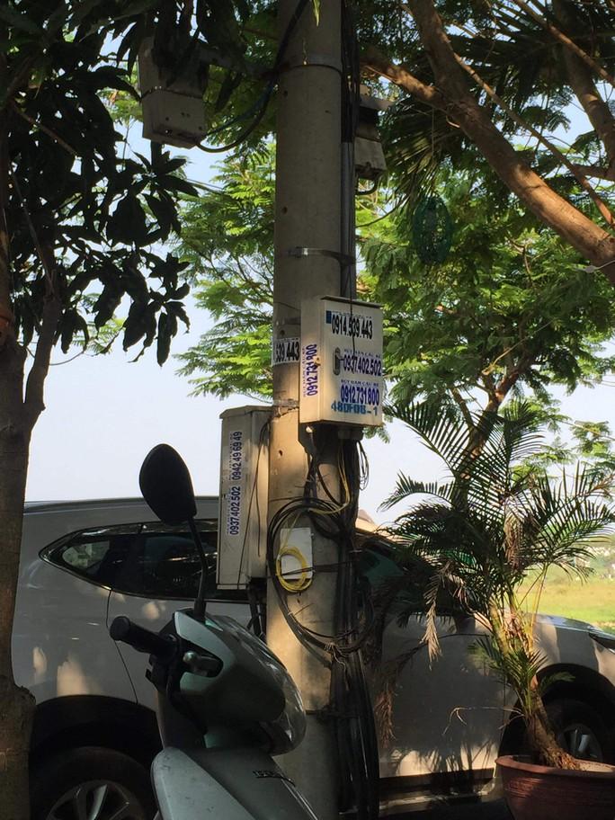 Nhếch nhác tờ rơi cho vay nặng lãi tràn lan trên đường phố Đà Nẵng - Ảnh 13.