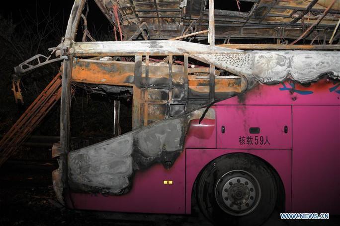Trung Quốc: Xe buýt chở du khách bốc cháy, 26 người chết - Ảnh 1.