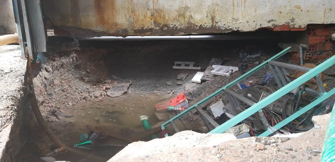 TP HCM: Vỡ đường ống dẫn nước tạo hố tử thần giữa nhà dân - Ảnh 1.