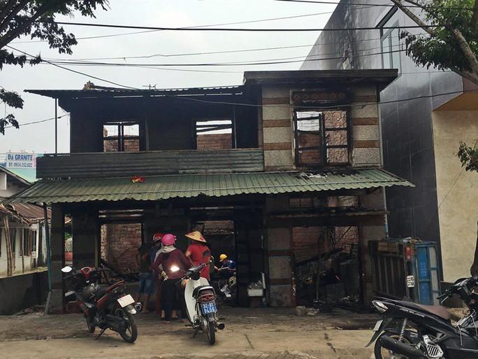 Nhà cháy rụi, 9 xe máy cũng bị cháy trơ khung  - Ảnh 1.
