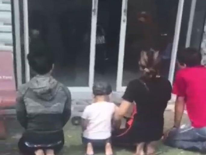 Nhóm người quỳ lạy trước nhà nữ chủ tịch phường để xin lại con bỏ rơi - Ảnh 1.