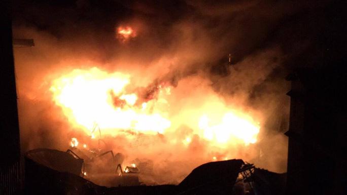 Cháy dữ dội suốt hơn 3 giờ ở huyện Hóc Môn, TP HCM - Ảnh 3.