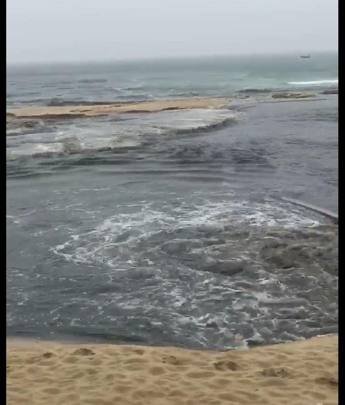 Phát hoảng với clip nước thải tuôn ra bãi biển đẹp nhất hành tinh - Ảnh 3.