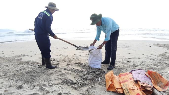 Hàng chục tấn rác bủa vây hơn 2 km bờ biển Đà Nẵng - Ảnh 4.