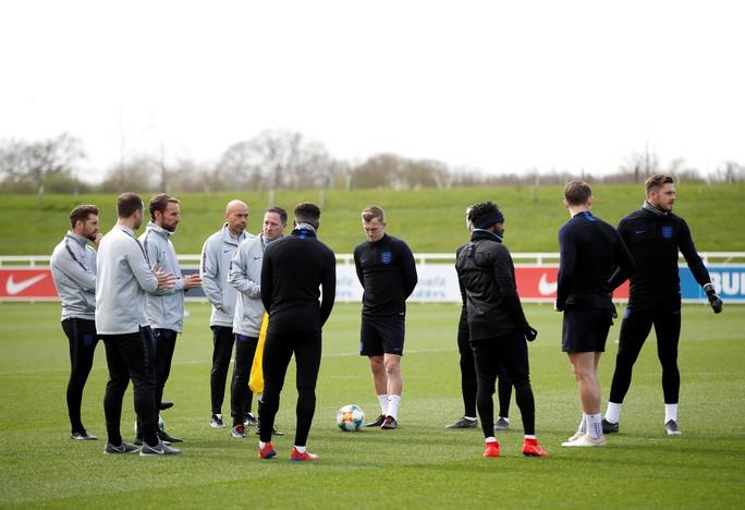 HLV tuyển Anh muốn học trò luôn sẵn sàng chiến đấu Montenegro - Ảnh 1.
