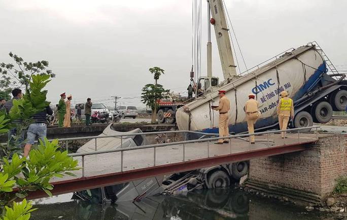 Sau khi cán chết người phụ nữ, xe bồn lao xuống kênh làm tài xế trọng thương - Ảnh 2.