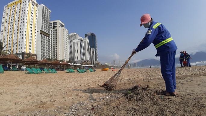 Hàng chục tấn rác bủa vây hơn 2 km bờ biển Đà Nẵng - Ảnh 9.