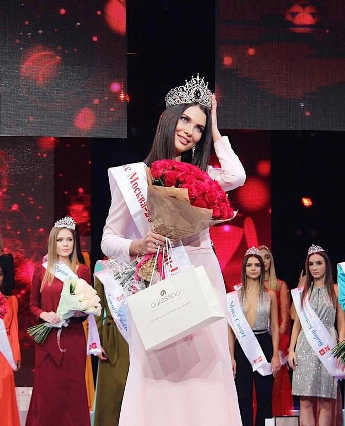 Hoa hậu Nga bị tước vương miện vì dối trá, ham ăn chơi - Ảnh 1.