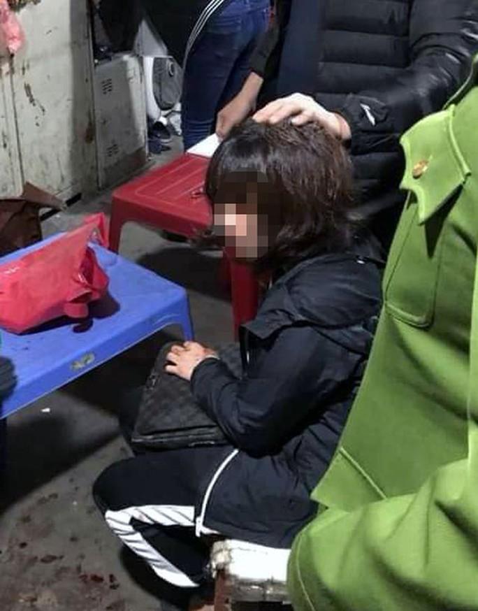 Nghi án bịt mặt nổ súng, cướp tài sản của nữ tiểu thương ở chợ Long Biên - Ảnh 1.