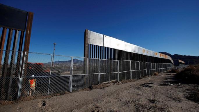 Ông Trump làm căng, Lầu Năm Góc chuyển 1 tỉ USD xây tường biên giới - Ảnh 1.